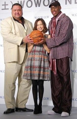 WOWOW『NBA開幕スペシャル』来日記者会見に出席した(左から)曙太郎、優木まおみ、デニス・ロッドマン氏 (C)ORICON NewS inc.