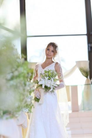 サムネイル 自身がプロデュースしたドレス&ウェディングプランでハワイ挙式を行った吉川ひなの