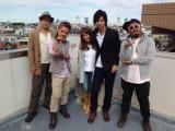 元AKBの川崎希とアレクサンダー夫妻(中央)がCLIFF EDGEの新曲「キミからの贈り物」のMVで夫婦共演