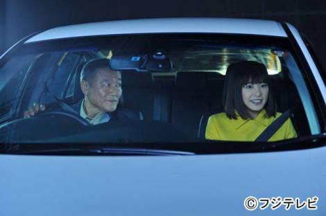 11月6日放送『リーガルハイ』第5話に黛真知子(右・新垣結衣)の父・素夫役でゲスト出演する國村隼(左)