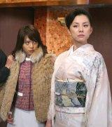 ドラマ『黒革の手帖』で敵対するホステスを演じた米倉涼子(右)と釈由美子(右)(C)テレビ朝日