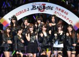 """BAD GIRLS""風衣装で登場した乃木坂46(前列右から2人目が松村沙友理)"