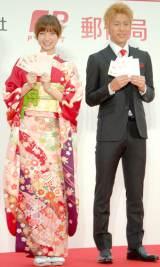 『2014(平成26)年用お年玉付年賀はがき』販売開始セレモニーに出席した(左から)篠田麻里子、柿谷曜一朗選手 (C)ORICON NewS inc.
