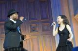 発売記念イベントで「夢がさめて」を熱唱した(左から)クリス・ハート、松田聖子