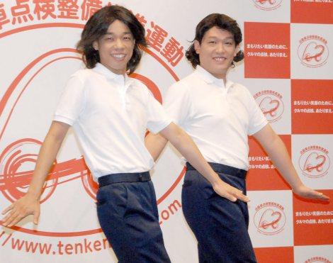 「あたりまえ体操」のキメポーズ(左から)COWCOWの多田健二と善し (C)ORICON NewS inc.