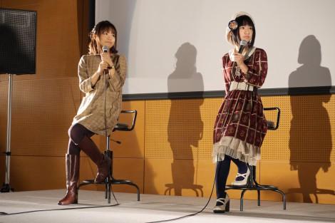 11月3日に大阪芸術大学の学園祭トークショーイベントに参加した悠木碧(右)と斎藤千和(左)