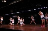 AKB48のメジャーデビューシングル「会いたかった」を披露(C)AKS