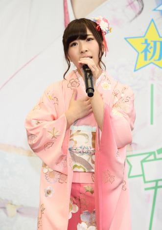 ピンクの着物を着る岩佐美咲