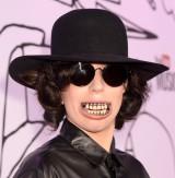 「入れ歯」でレッドカーペットに登場したレディー・ガガ=FilmMagic for YouTube Music Awards