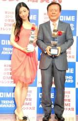 ピンクのドレス姿で登場した壇蜜(左)と猪瀬直樹都知事 (C)ORICON NewS inc.