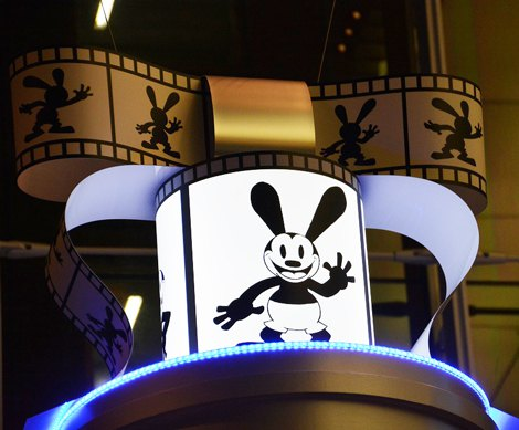 「OSWALD the Lucky Rabbit 〜Classic Film の広場〜 」(丸の内オアゾ1階)一番上にはリボン (C)Disney (C)oricon ME inc.