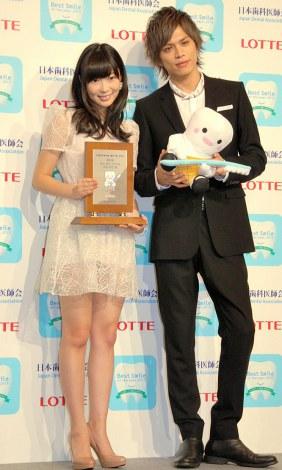 『ベストスマイル・オブ・ザ・イヤー2013』授賞式に出席した(左から)HKT48・指原莉乃、山本裕典 (C)ORICON NewS inc.