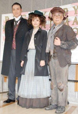 舞台『ピグマリオン』公開フォトコール後取材会に出席した(左から)平岳大、石原さとみ、小堺一機 (C)ORICON NewS inc.