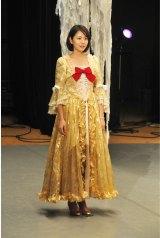 11月22日放送の『都市伝説の女』「ドラキュラ編」で中世ヨーロッパ風のドレスを着た長澤まさみ(C)テレビ朝日