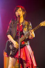ソロ曲「夢のdead body」でギター演奏も披露した山本彩(C)NMB48