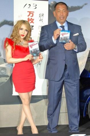 全身整形美女・Vanill(ヴァニラ)(左)と清原和博(右)が初対面=映画『ワイルド・スピード EURO MISSION』のブルーレイ&DVD発売イベント (C)ORICON NewS inc.