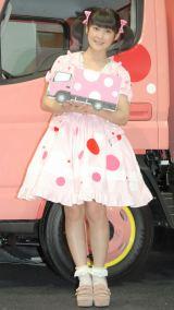 トラックに合わせて水玉のドレスで登場 (C)ORICON NewS inc.
