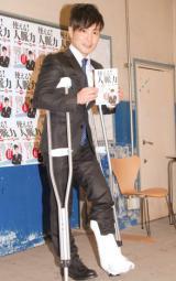 松葉杖でイベントなどの仕事をこなしていたカラテカの入江慎也 (C)ORICON NewS inc.
