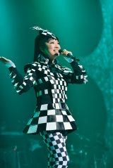 篠原ともえデザイン衣装で全22曲を熱唱した(19日・よこすか芸術劇場公開リハーサル)