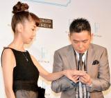 光代夫人に指輪をはめる太田光 (C)ORICON NewS inc.