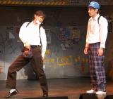 舞台『高校中パニック!小激突!!』に出演している勝地涼(左)、佐藤隆太