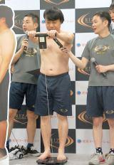 体重と体脂肪を公開計測する杉山裕之=『我が家・杉山×RIZAP』公開イベント (C)ORICON NewS inc.