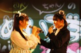 初冠ラジオ番組が決定し、喜びを分かち合う(左から)山崎エリイ、木戸衣吹