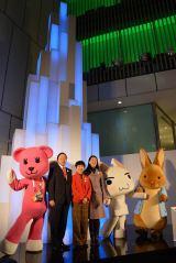 「Crystal Aqua Tree 2013」の点灯式に登場した(左から)モモ妹、菅原健一ソニー企業社長、弓削昭子UNDP駐日代表・総裁特別顧問、紺野美沙子、トロ、ピーターラビット (C)oricon ME inc.