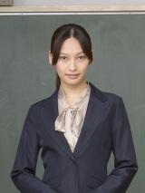 日の出学院高校教師・上奈瑠奈役の大政絢=1月スタートの金曜ドラマ『夜のせんせい』(C)TBS