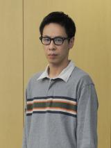 日の出学院の生徒・梶原治役の大倉孝二=1月スタートの金曜ドラマ『夜のせんせい』(C)TBS