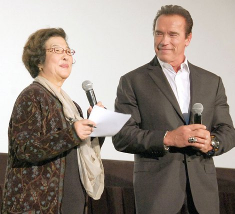 映画『大脱出』のジャパン・プレミアに出席した(左から)通訳の戸田奈津子さん、アーノルド・シュワルツェネッガー
