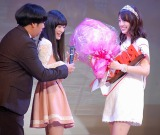 昨年グランプリの優希美青が今年のグランプリの佐藤美希さんに花束贈呈 (C)ORICON NewS inc.