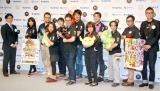人気アプリ『パズル&ドラゴンズ』プロジェクトチームと齋藤考氏(左)、おちまさと氏(右)= 『ベストチーム・オブ・ザ・イヤー2013』 (C)ORICON NewS inc.