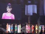 コンサートツアー最終公演を行ったモーニング娘。(モニターは道重さゆみ) (C)ORICON NewS inc.