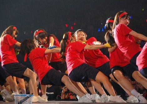 ライブ中に行われた『秋の運動会』の綱引きは赤組が2連勝したものの… (C)ORICON NewS inc.