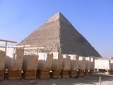 クフ王のピラミッドと「太陽の船」発掘現場(C)RKB