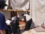 石に書かれていた文字を解説する吉村作治氏=12月8日放送『新発見!ピラミッドに隠された真実を解け! 太陽の船大発掘スペシャル』(C)RKB