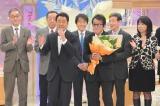 『第46回日本作詩大賞』大賞受賞曲「博多ア・ラ・モード」を歌う五木ひろし(左)、作詩・作曲したレーモンド松屋(右)(C)テレビ東京