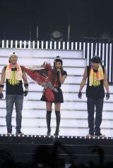 通算500回公演達成のサプライズ演出に笑顔を見せる安室奈美恵