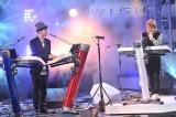 YouTube上の新しい歌番組プロジェクト『WISH presents 白黒歌合戦』プレミアムライブでコラボレーション曲を披露した小室哲哉(右)とヒャダイン(左)