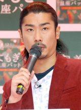『よもぎ温座パット』販促イベントで司会を務めたパンサーの菅良太郎 (C)ORICON NewS inc.