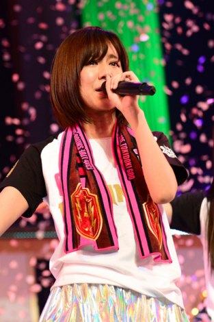 卒業を発表し、涙ぐみながら歌唱するアイドリング!!!リーダーの遠藤舞