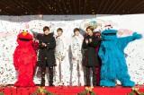 東方神起(左からエルモ、ユンホ、ユンホ等身大フィギュア、チャンミン等身大フィギュア、チャンミン、クッキーモンスター)