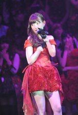 セクシーなミニドレスでデュエットソングを披露した小嶋陽菜(撮影:鈴木かずなり)