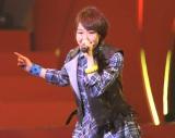 『第3回 AKB48紅白対抗歌合戦』で禁じ手? 剛力彩芽のデビュー曲「友達より大事な人」を披露した峯岸みなみ(撮影:鈴木かずなり)