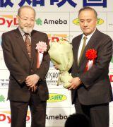 『第38回 報知映画賞』で海外部門賞を受賞した(左から)品田雄吉、ウィリアム・アイアトン氏 (C)ORICON NewS inc.