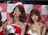 サンタ衣装で登場(左から)坂口杏奈、森下悠里