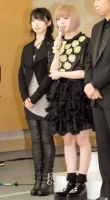 『第55回 輝く!日本レコード大賞』記者会見に出席した(左から)家入レオ&きゃりーぱみゅぱみゅ (C)ORICON NewS inc.