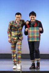 新着スーツを初お披露目した(左)COWCOWの多田健二と相方の善し