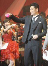 Zポーズの田中将大投手にまゆゆもブーイング?=『第3回 AKB48 紅白対抗歌合戦』(撮影:鈴木かずなり)